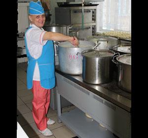 Почти 5 тысяч сдобных булочек в месяц. Повар красноярского детского сада готовит ребятишкам блюда с «секретиками»
