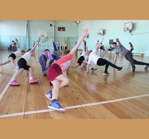 Красноярский учитель начальных классов учит детей «стоять на голове»