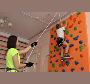 В красноярских детских садах детей начали обучать скалолазанию и фигурному катанию