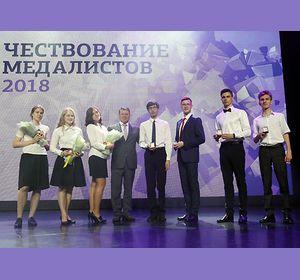 Школьники Красноярска установили рекорд: 684 выпускника получили золотые медали