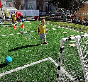 В Красноярске появились профессиональные футбольные поля для детей
