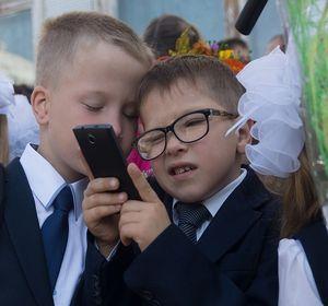 В красноярских школах не будут запрещать мобильные телефоны